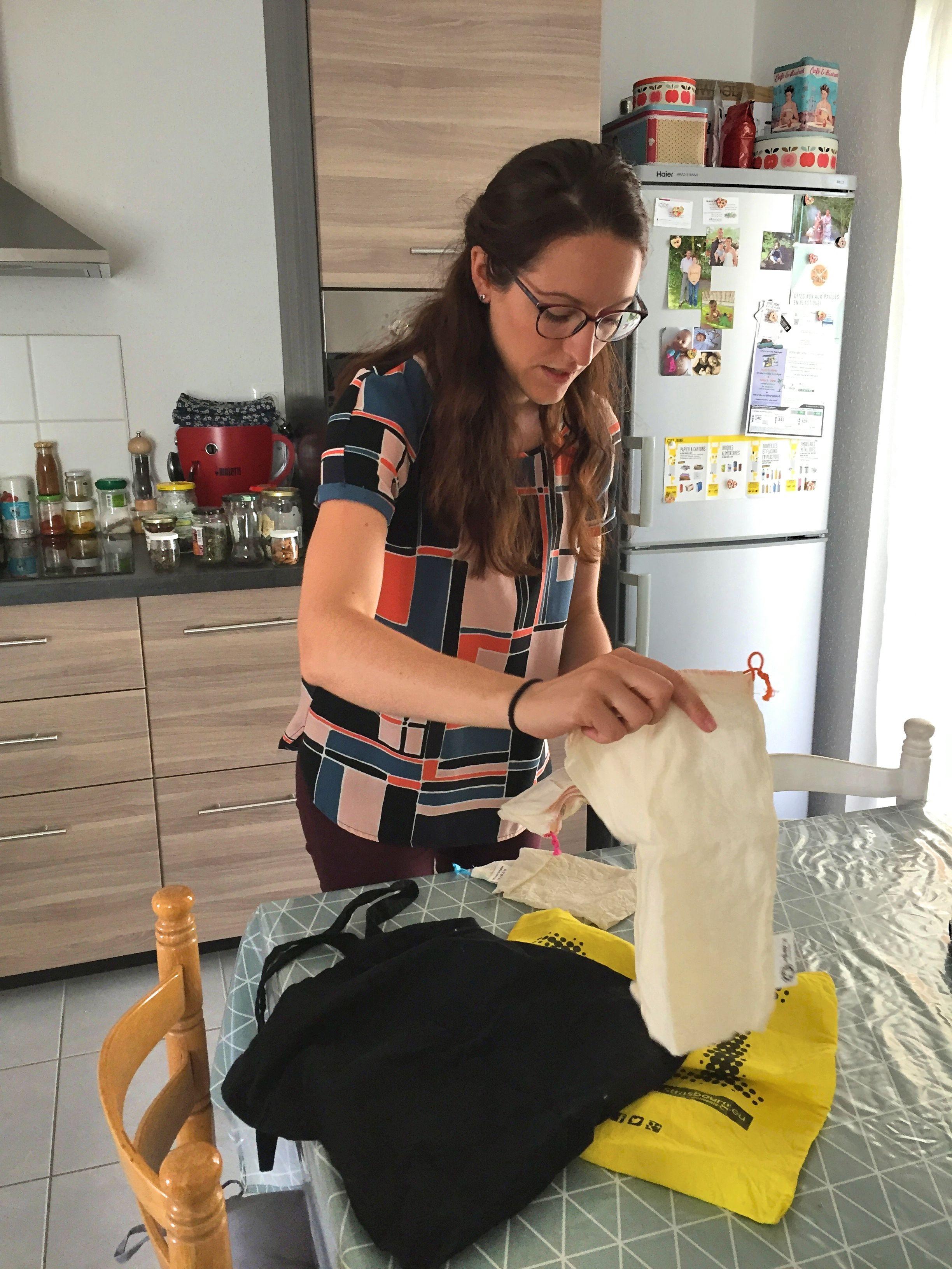 Amandine et son compagnon ont supprimé de leur appartement tous les sacs plastiques : à la place, des sacs en toile, plus résistants et réutilisables. (Photo EB - Les Défricheurs)