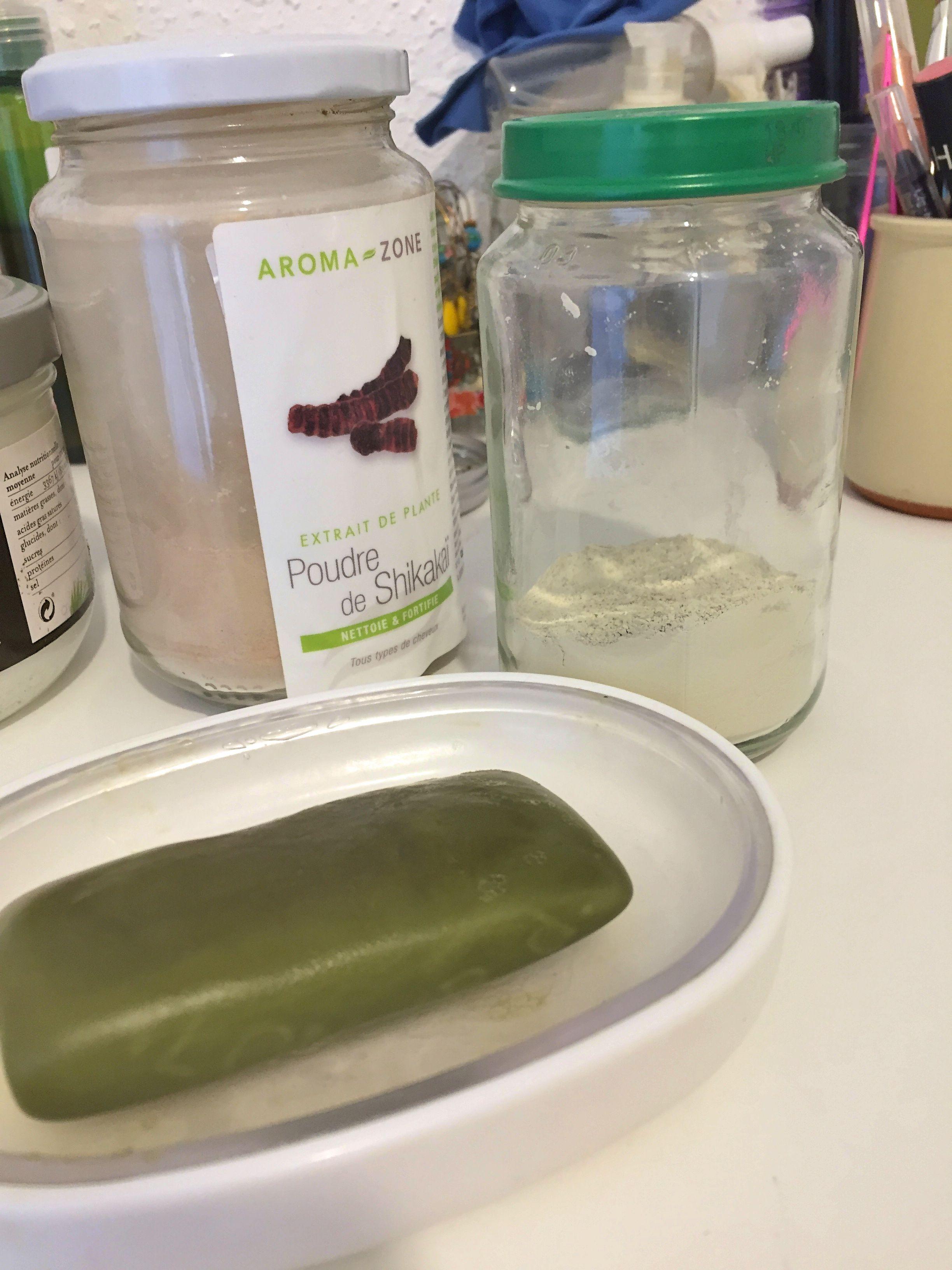Amandine et son compagnon ont abandonné le shampoing et le gel douche classiques, générateurs de beaucoup d'emballages plastique, au profit d'un simple savon de Marseille et des poudres de type argile. (Photo EB - Les Défricheurs)
