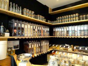 Des dizaines de références à la boutique Bee Vrac, entre farines, sucre, chocolat, biscuits salés ou sucrés, fruits secs... (Photo EB - Les Défricheurs)