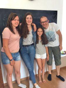 Anaëlle, Solenn, Althéa sont inscrites à NovAgora depuis l'ouverture de l'école en octobre 2017. Jean-Fred, le papa d'Anaëlle, a été invité par sa fille pour passer la journée au sein de l'école et participer aux activités des élèves. (Photo EB - Les Défricheurs)