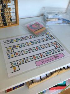 """Du matériel d'apprentissage est mis à la disposition des élèves. Ils décident librement de s'en servir ou non, avec l'aide d'un adulte """"facilitateur d'apprentissage"""" ou non. (Photo EB - Les Défricheurs)"""
