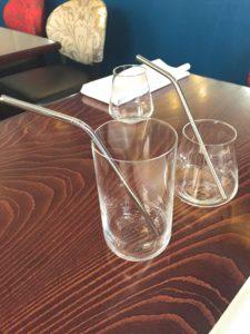 Au restaurant Pianogrill, place Saint-Etienne, les gérants ont opté pour des pailles en inox, réutilisables à l'infini et très solides. Seule contrainte : le lavage à la main via des goupillons spéciaux. (Photo EB - Les Défricheurs)