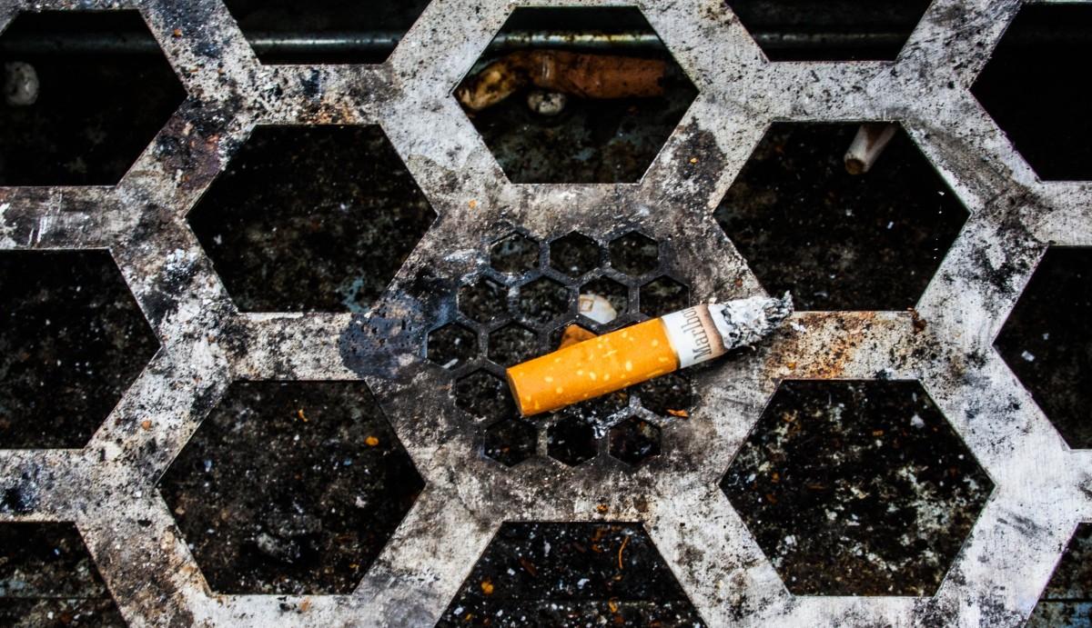 Les mégots sont très polluants et souvent jetés par terre, mais avec un projet comme Mégollecte, le geste de les recycler pourrait devenir plus automatique (Photo Mike Kniec / pxhere / cc)
